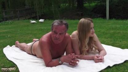 Блондинка загорает с любимым дедушкой и заодно дает себя трахать на природе