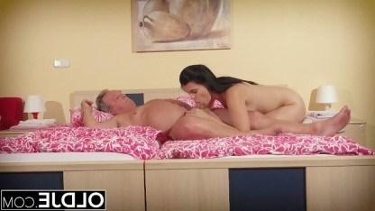 Девица так любит секс, что готова делать минет своему деду и ебаться с ним