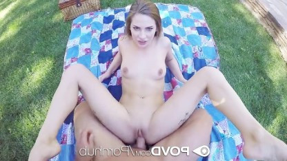 Красивая студентка занимается сексом со своим развратным парнем на природе