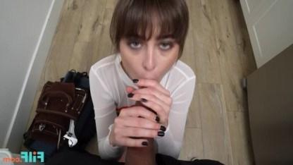 Красотка Райли Рид расплачивается сексом с сантехником за починку труб