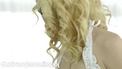 Миниатюрная блондинка сама попросила парня пожестче себя трахнуть в киску
