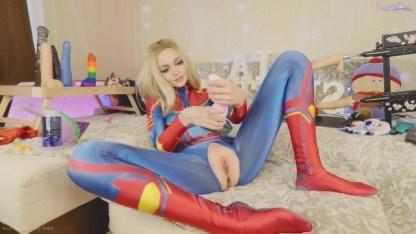Молодая красотка надела костюм супер-героя и помастурбировала письку игрушкой
