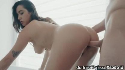Парень залез в окно и устроил брюнетке Карли Грей лучший секс в ванной