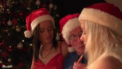 Старик сыграл Новогоднего Санту для молодых телок и подарил им член в подарок