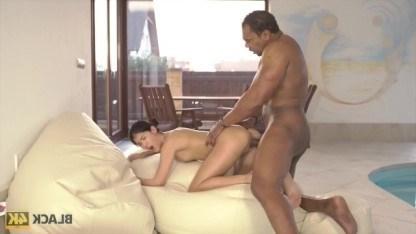 В бассейне негр провернул шикарный секс со стройной брюнеткой Lady Dee