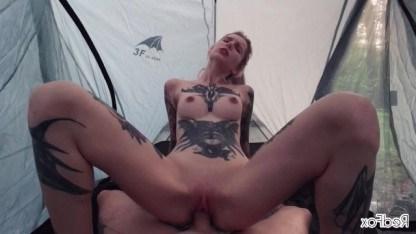 Худая красотка благодарит чувака за отдых на природе занимаясь сексом в палатке