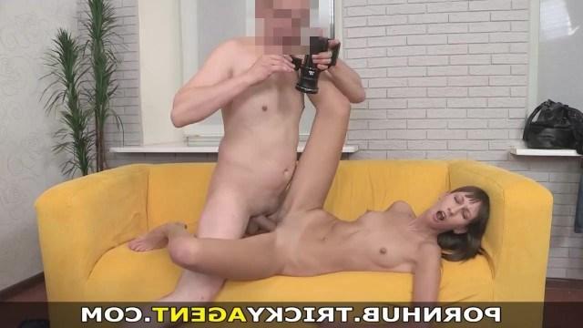 Агенту удалось раскрепостить девчонку на кастинге и снять первое видео секса