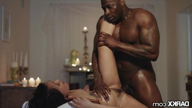 Азиатка сделала негру интимный массаж и заслуженно получила трах в мокрую киску