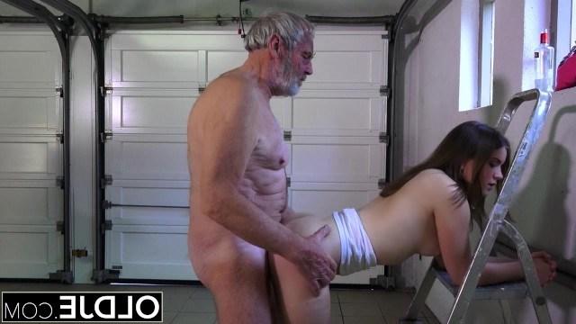 Дед увидел свою внучку сильно пьяной, поэтому решил наказать ее сексом