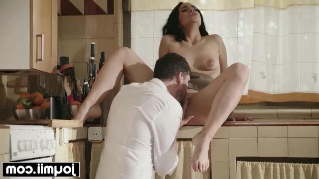 Красивая брюнетка налаживает отношения с бизнес-партнером клевым сексом