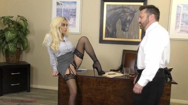 Красивая начальница поиздевалась над сотрудником и трахнулась в пизду