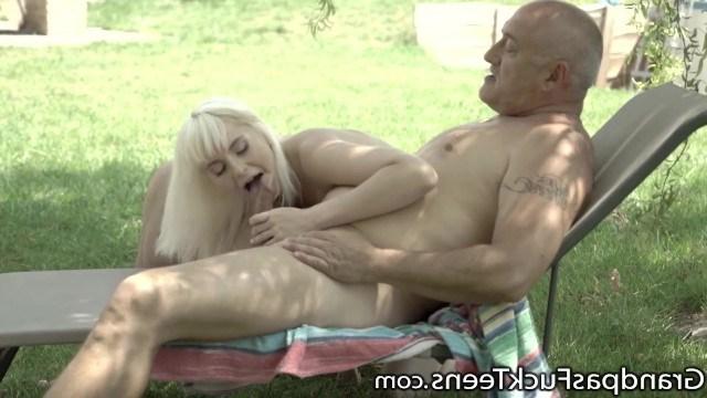 Красивая внучка совращает деда своим голым телом и получает заветный инцест