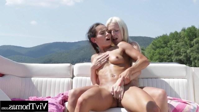 Лесбиянка устроила блондинке приятный отдых на яхте с куни и ласками