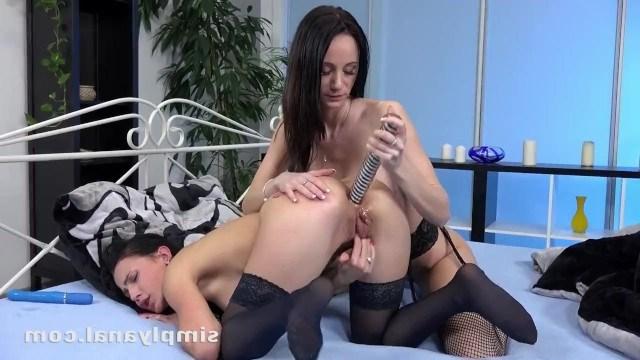Лесбиянки раздрачивают задницы в надежде получить сильный анальный оргазм