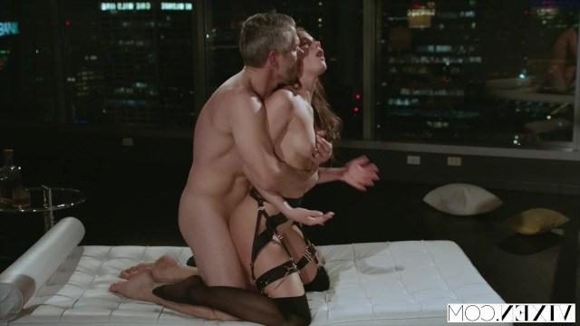 Молодая куртизанка угождает своему богатому мужчине вечером жестоко секса