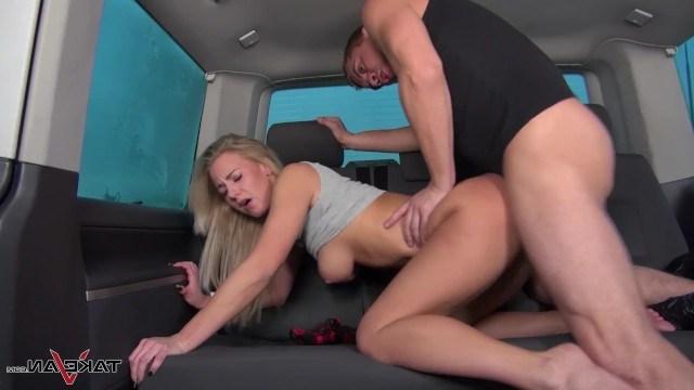 Парень пообещал подвезти девушку на машине, но вместо этого жестко ее трахнул