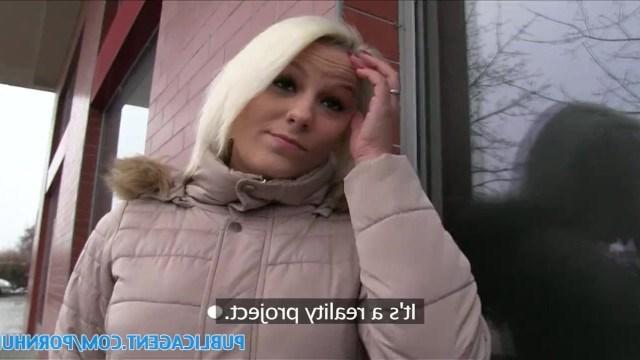 Парень щедро заплатил незнакомой девушке, чтобы трахнуть ее в подъезде