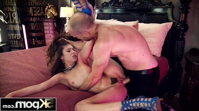 Развратный отчим удовлетворяет падчерицу хардкорным сексом и кончает ей в киску