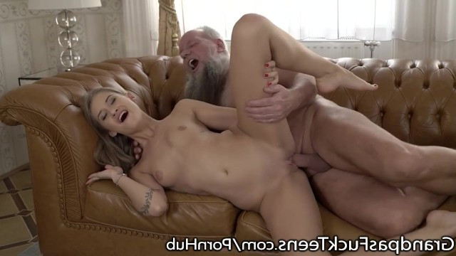 Старый самец Хоттабыч трахает молоденькую сучку Tiffany Tatum в розовую пизду