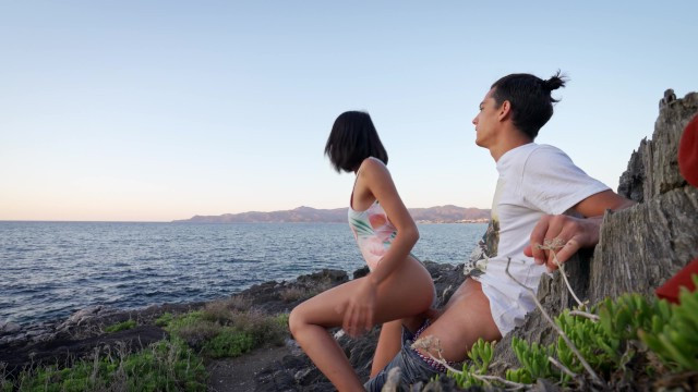 Японка Lunaxjames перепехнулась с парнем у красивого пейзажа с морем